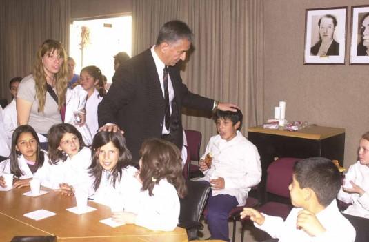 Alberto Rodríguez Saá con alumnos