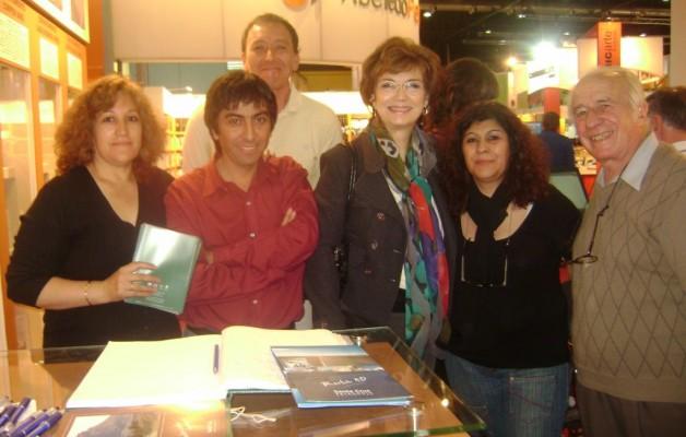 """La periodista """"Canela"""" visitó el stand de Santa Cruz en la 36ª Edición de la Feria del libro de Buenos Aires"""