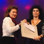 La titular de San Luis Libro hace entrega del primer premio.
