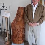 El escultor y poeta Ortega posa con su obra Yo presidente