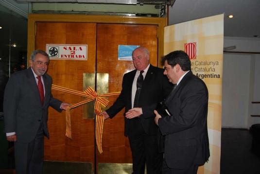 Corte de cintas en la inauguración de la Sala Cataluña del Cine Cosmos-UBA