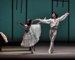 Juan Pablo Ledo, el talentoso bailarín, crea magia en cada escena.