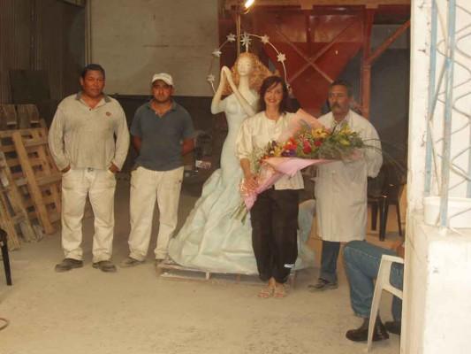Operarios de la Empresa Molinos Tarquini con Alicia C. Braschi