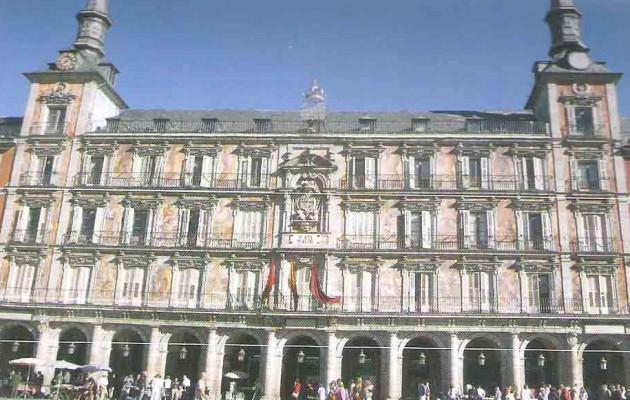La Plaza Mayor de Madrid está ubicada en pleno centro de la ciudad