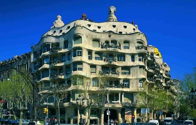 """Antoni Gaudí creó la Casa Milà """"La Pedrera"""" de arquitectura expresionista"""