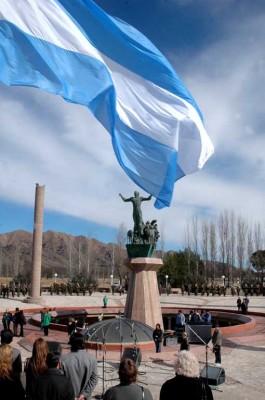Bandera flamea sobre el Monumento Puntano de la Independencia