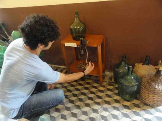 Licenciado Faustino Arribalzaga muestra damajuanas de vino