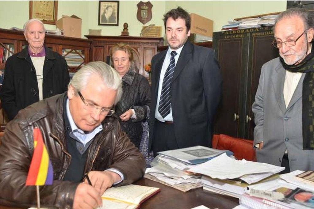 Baltasar Garzón firma el Libro de Visitas