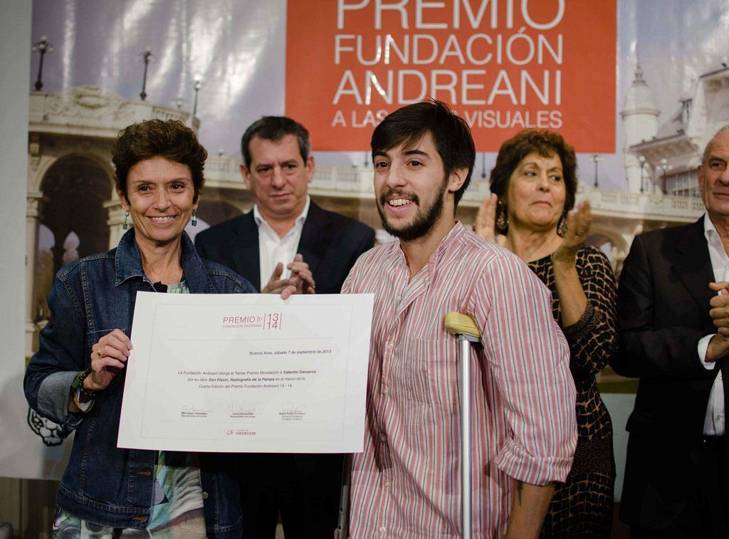 Mercedes Casanegra entrega el diploma el 3er premio a Valentín Demarco