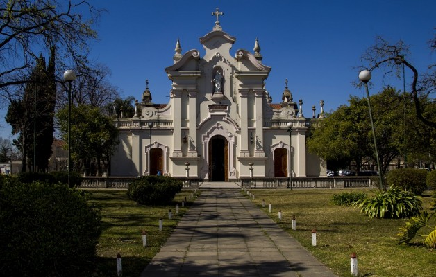 Los senderos de Francisco narra los caminos recorridos por la fe, el amor y el servicio