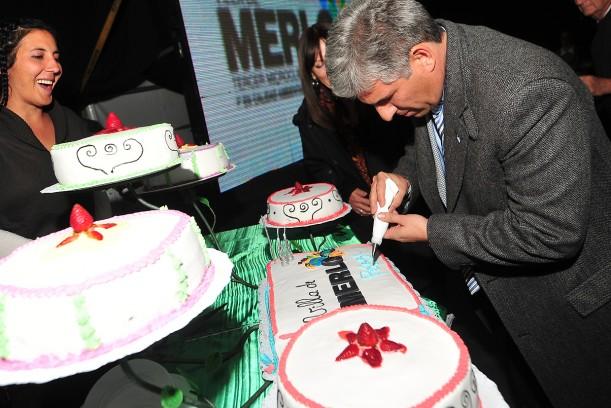 Gobernador Claudio Poggi en el stand de pastelería