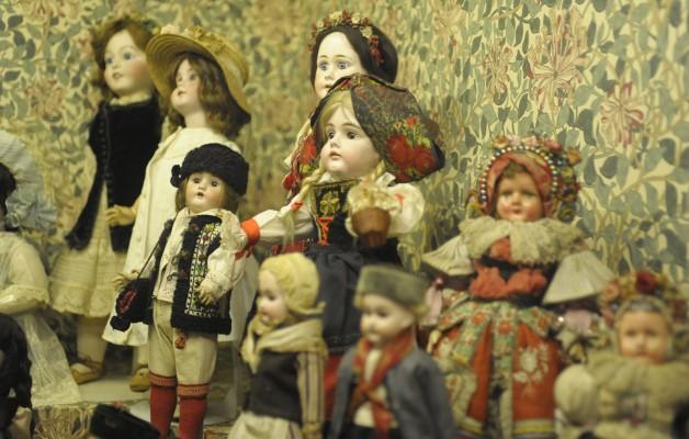 La muestra de muñecas antiguas se exhibe en la Casa Fernández Blanco