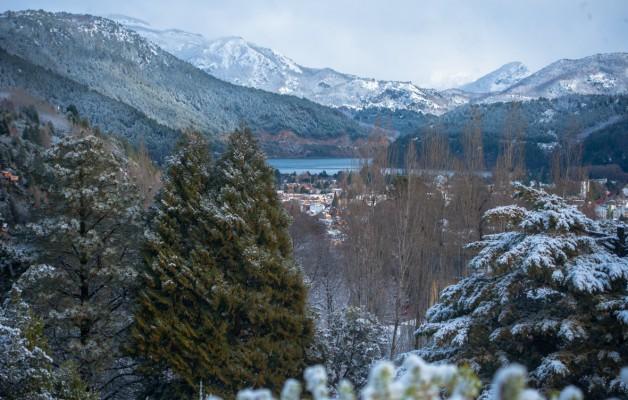 San Martín de los Andes, cubierta de nieve, espera a los turistas