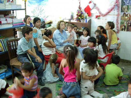 Chicos Escuchando cuentos - RL CA17-1
