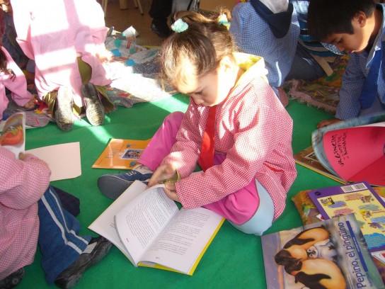 Nena leyendo 069