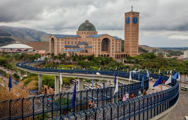 La Basílica de Nuestra Señora de Aparecida, en Sao Paulo recibe a miles de fieles