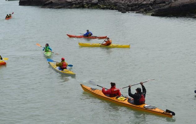 Puerto Deseado atrae a los turistas que practican deportes náuticos en el verano patagónico