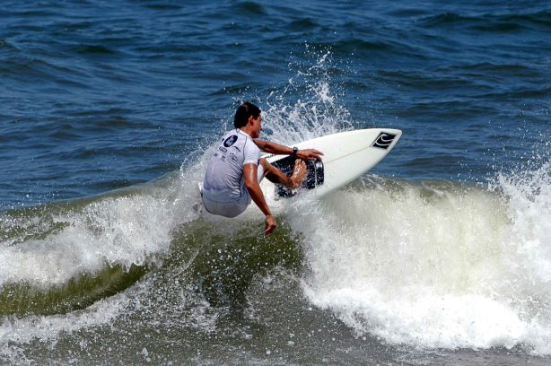 Matinhos:Paraná:Brasil         5.fev.2006 Gilson Braga, segundo lugar, cat. master, durante campeonato paranaense de surf amador Foto:Marcio Machado/SECS