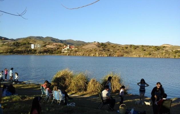 Potrero de los Funes atrae por su sierras y por la transparencia de su lago espejado