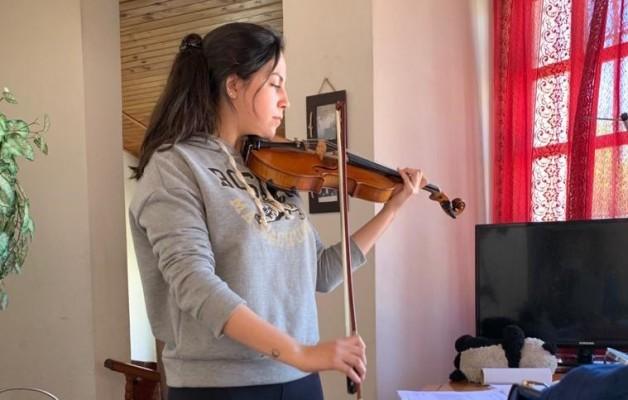 Luciana Olivera, joven alumna de la Orquesta Escuela San Juan y su amor por el violín