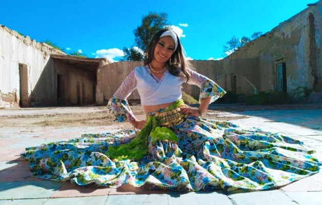 Agostina Páez, la joven que baila danza árabe en escenarios naturales de Jáchal, San Juan