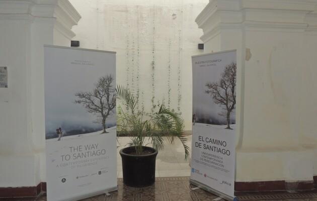 El Camino de Santiago, la muestra de Manuel Valcárcel, se expone en el claustro de la Iglesia San Ignacio de Loyola