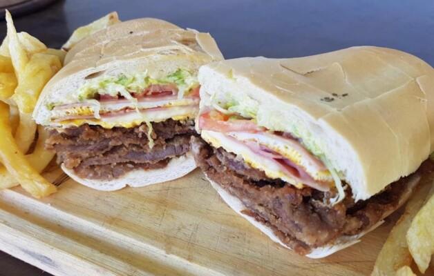 El sánguche de milanesa tucumano; un manjar de la gastronomía popular y regional